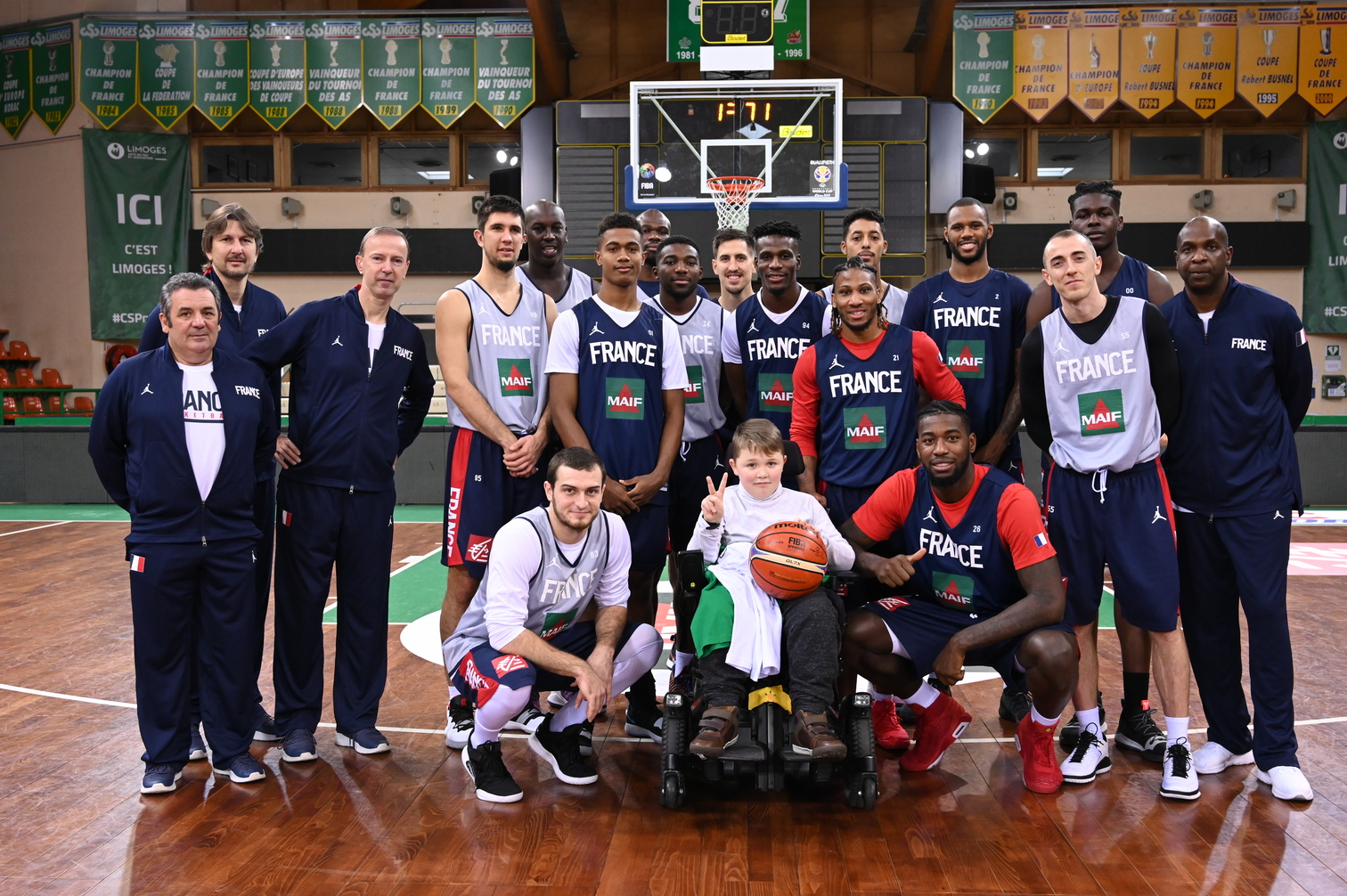 L'Equipe de France avec Antonin (11 ans) - Photo : Bellenger/IS/FFBB