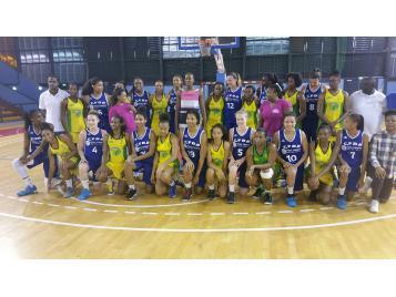 Les joueuses du CFBB avec leurs homologues guadeloupéennes