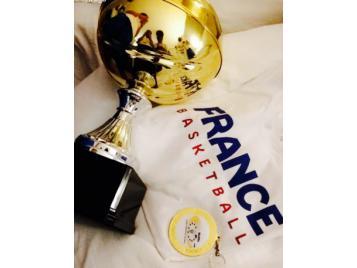 La coupe et la médaille d'or pour les jeunes françaises