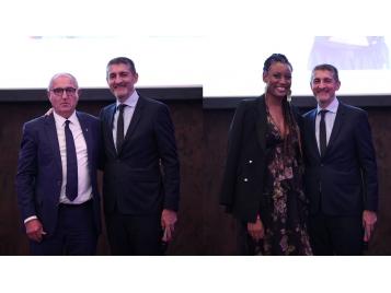 Dominique Juillot et Diandra Tchatchouang ont reçu un Coq d'Or de la FFBB des mains de Jean-Pierre Siutat