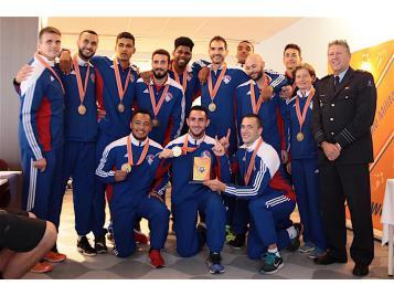 L'Equipe de France militaire avec sa médaille d'or
