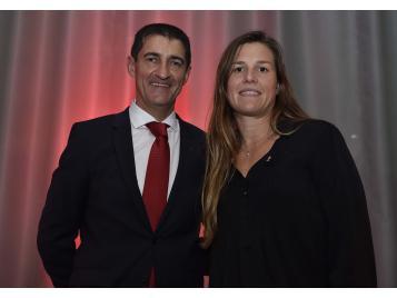 Gaëlle Skrela a reçu des mains du président de la FFBB, Jean Pierre Siutat un coq d'Or