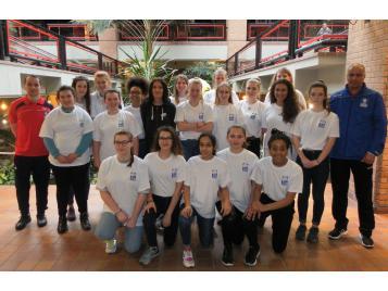 Audrey SECCI entourée des jeunes arbitres