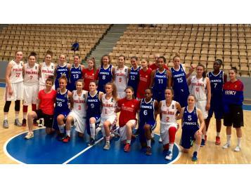 L'Equipe de France U20 féminines avec son homologue polonaise