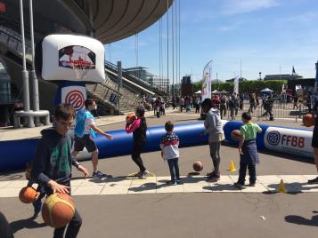Les enfants s'initiant au basket