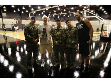 Boris Diaw, Greg Popovich et les officiers de la Marine Nationale à San Antonio - Photo : Marine Nationale