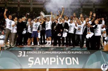 Efes Pilsen remporte le premier trophée de la saison
