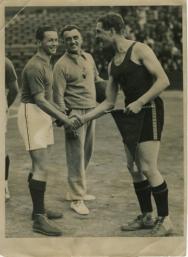 Amicale poignée de main entre les capitaines français et belge, Etienne Onimus (à gauche) et Robert Brouwer, lors de l'échange des fanions.