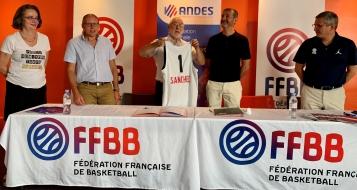 de gauche à droite : Nathalie Bonnefoy (Vice présidente ANDES), Franck Tison (Secrétaire Général ANDES), Marc Sanchez (Président ANDES), Jean-Pierre Siutat (président FFBB) et Jean-Pierre Hunckler (Trésorier FFBB).