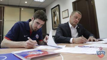 Nando De Colo a resigné 3 ans au CSKA Moscou