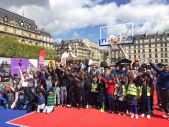 Enfants des centres de loisir sur le Parvis de l'Hôtel de Ville de Paris