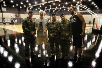 Boris Diaw, Greg Popovich et les officiers de la Marine Nationale à San Antonio - Photo : Marine Nationale